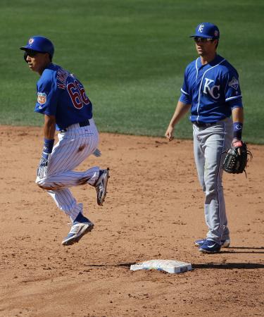 ロイヤルズ戦の6回、安打で出塁後、次打者の内野ゴロの間に二塁に進んだカブスとマイナー契約の川崎(左)=メサ(AP=共同)