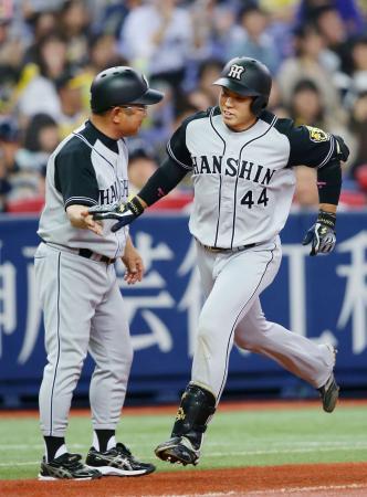 オープン戦最終戦のオリックス戦3回、チーム初本塁打を放った阪神・梅野(右)=京セラドーム