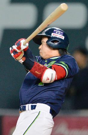 4回、右越えに二塁打を放つヤクルト・山田=札幌ドーム