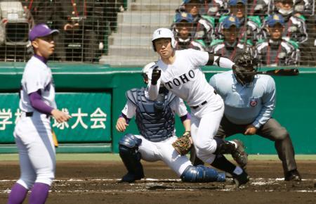 東邦―関東第一 1回裏東邦2死三塁、藤嶋が先制の左前打を放つ。投手河合、捕手佐藤佑=甲子園