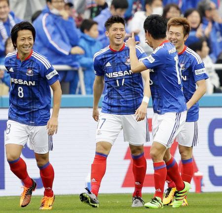 横浜M―鳥栖 前半、先制ゴールを決め、イレブンと喜ぶ横浜M・富樫(中央)=ニッパツ球技場