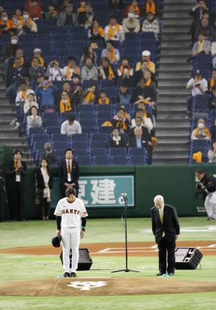ヤクルトとの開幕戦前のセレモニーで賭博問題などについて謝罪し、ファンに一礼する巨人の老川祥一オーナー(右)と高橋監督=25日、東京ドーム
