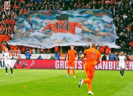 サッカーの国際親善試合オランダ―フランスでは、死去したクライフ氏の大きな横断幕が掲げられた=25日、アムステルダム(AP=共同)