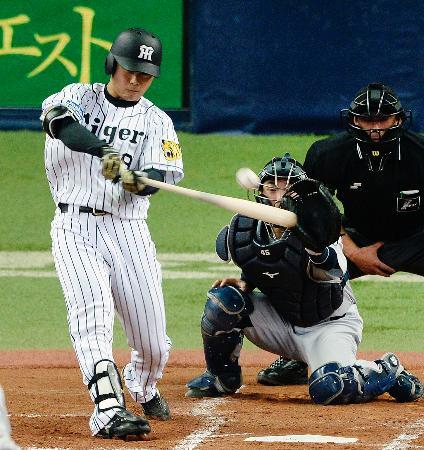 3回阪神1死一塁、高山が右中間に先制二塁打を放つ。捕手杉山=京セラドーム