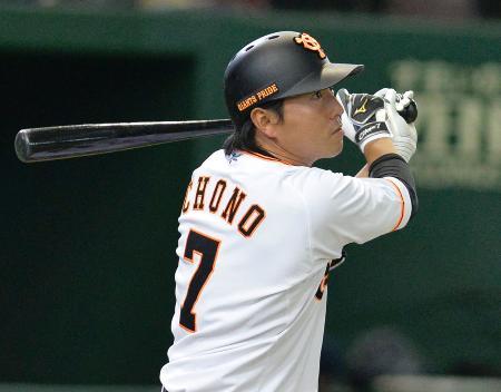 6回巨人無死一塁、長野が右越えに2試合連続本塁打となる2ランを放つ=東京ドーム