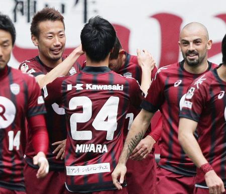 神戸―鹿島 前半、2点目のゴールを決めイレブンと喜ぶ神戸・渡辺(左)=ノエスタ