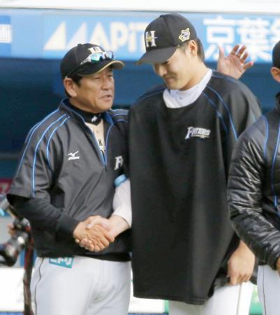 今季初勝利を挙げた有原(右)をねぎらう日本ハムの栗山監督=QVC