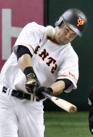 8回巨人無死一塁、ギャレットが右中間に逆転2ランを放つ=東京ドーム