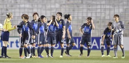 アジア最終予選の中国戦で敗れ、くやしそうなサッカー女子の日本代表=大阪市(2016年3月4日、共同)