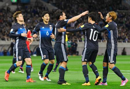 日本―シリア 前半、オウンゴールで先制し、喜ぶ岡崎(中央)ら日本イレブン=埼玉スタジアム