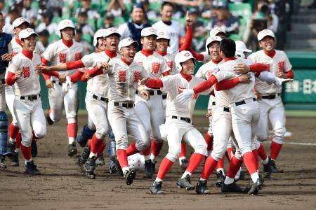 智弁学園―高松商 11回裏、村上(右手前)のサヨナラ二塁打で高松商を破って初優勝し、喜ぶ智弁学園ナイン=甲子園