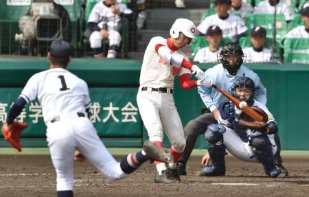 智弁学園―高松商 11回裏智弁学園2死一塁、村上が中越えにサヨナラの二塁打を放つ。投手浦、捕手植田響=甲子園