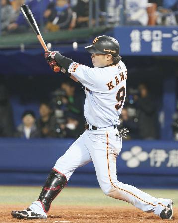 11回巨人2死満塁、亀井が右越えに決勝の2点二塁打を放つ=横浜