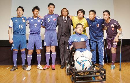 日本障がい者サッカー連盟が発足し写真に納まる北沢豪会長(後列中央)と選手=1日、東京都文京区