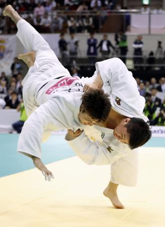 男子100キロ超級決勝 七戸龍(左)を破り初優勝した原沢久喜=福岡国際センター