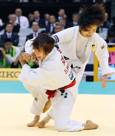 女子48キロ級決勝 遠藤宏美(右)を破り優勝した近藤亜美=福岡国際センター