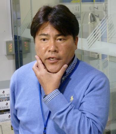 サッカーU―23日本代表候補選手について話す手倉森監督=4日、東京都文京区