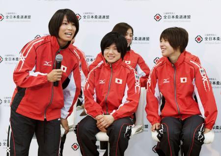 記者会見で笑顔を見せる(左から)松本薫、中村美里、近藤亜美ら=4日午後、東京都文京区の講道館