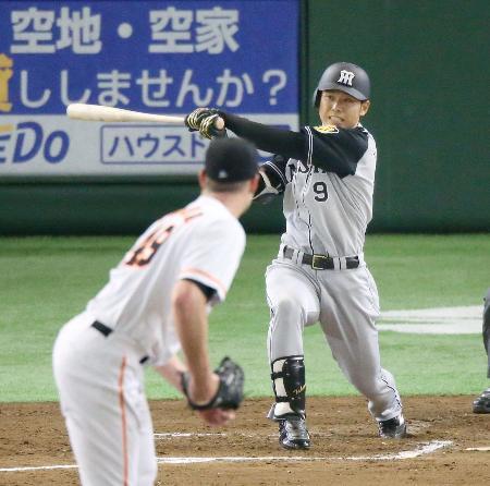 6回阪神2死二、三塁、高山が右前に2点打を放つ。投手ポレダ=東京ドーム
