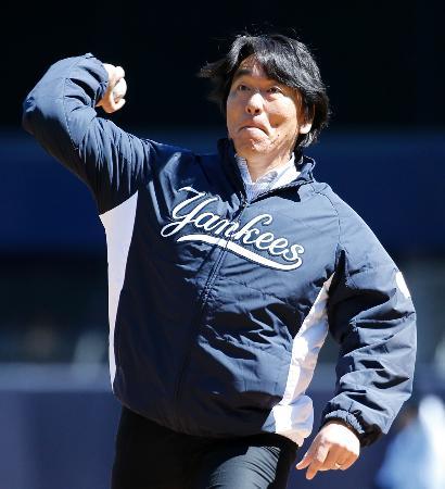 アストロズとの開幕戦で、始球式を行った松井秀喜氏=5日、ニューヨーク(AP=共同)