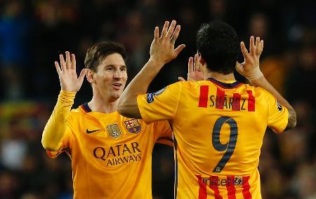 アトレチコ・マドリード戦で2点目を決めて喜び合うバルセロナの選手たち=5日、バルセロナ(ロイター=共同)