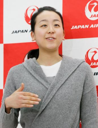 フィギュアスケートの世界選手権から帰国し、記者の質問に答える浅田真央=6日、成田空港