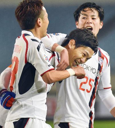 FC東京―江蘇 前半、先制ゴールを決め笑顔のFC東京・森重(中央)=南京(共同)