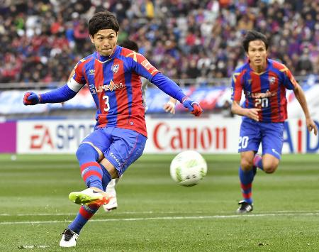 FC東京―名古屋 前半、PKを決めるFC東京・森重。右は前田=味スタ
