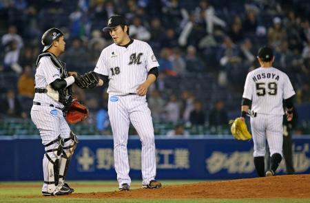 7回、三塁手細谷(右)の失策で2点を失い、捕手田村と話すロッテの投手藤岡=QVC