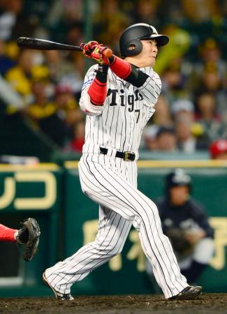 9回阪神1死一、三塁、西岡が右越えにサヨナラ打を放つ=甲子園