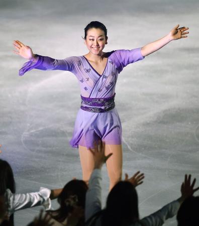 エキシビション「スターズ・オン・アイス」で観客の声援に応える浅田真央=大阪市中央体育館
