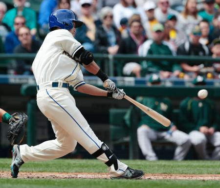 アスレチックス戦の3回、5試合連続安打となる右中間二塁打を放つマリナーズ・青木=シアトル(共同)