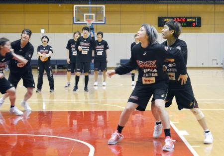 練習するバスケットボール女子日本代表=東京都内