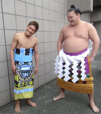大相撲の春巡業を訪れ、化粧まわし姿で笑顔の川崎フロンターレの大久保嘉人選手(左)と横綱白鵬関=13日、川崎市