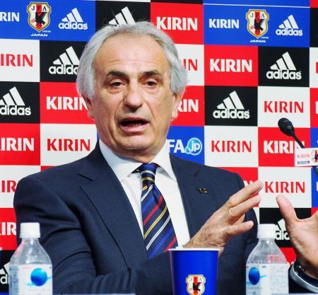記者会見するサッカー日本代表のハリルホジッチ監督=13日、東京都文京区