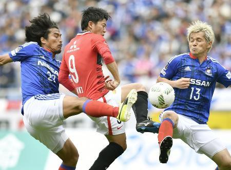 横浜M―浦和 後半、ゴール前で横浜M・中沢(左)らに突破を阻まれる浦和・武藤(中央)=日産スタジアム