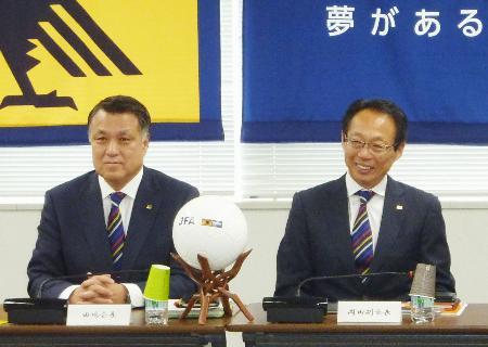 日本サッカー協会の理事会に臨む田嶋幸三会長(左)と岡田武史副会長=14日午後、東京都文京区