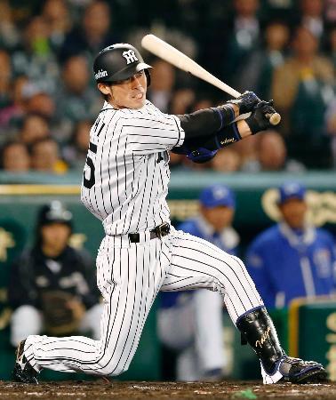 6回阪神1死一、三塁、江越が右越えに勝ち越し二塁打を放つ=甲子園