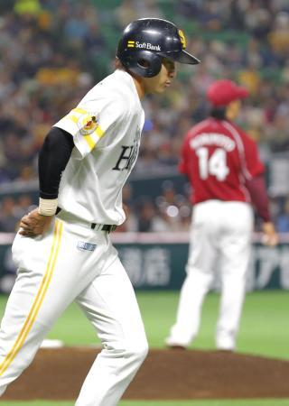 4回ソフトバンク1死二塁、柳田が四球を選び一塁へ向かう。右は投手則本=ヤフオクドーム