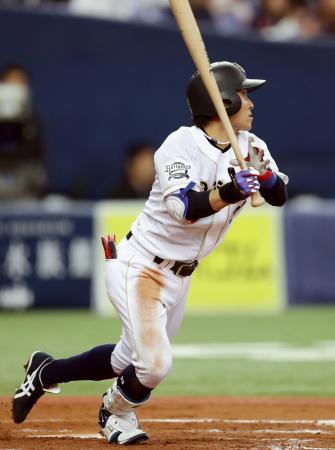 4回オリックス2死一、三塁、西野が中越えに2点三塁打を放つ=京セラドーム