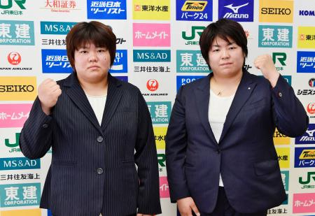 記者会見でポーズをとる田知本愛(左)と山部佳苗=16日、横浜文化体育館