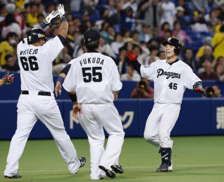 9回、サヨナラ二塁打を放ち、ナインに迎えられる中日・杉山(右端)=ナゴヤドーム