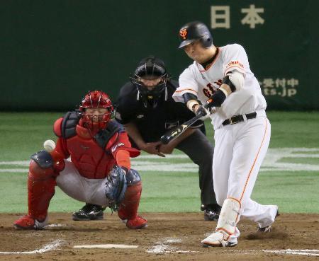 8回巨人1死三塁、村田が中前に勝ち越し打を放つ。捕手会沢=東京ドーム