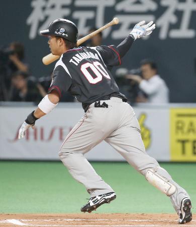 10回ロッテ1死満塁、高浜が右前に勝ち越し打を放つ=札幌ドーム