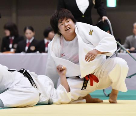 田知本愛(左)に一本勝ちし優勝した山部佳苗=横浜文化体育館