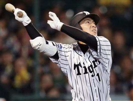8回阪神無死二、三塁、鳥谷が右前に勝ち越し打を放つ=甲子園
