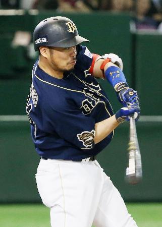 11回オリックス1死、小谷野が左越えに勝ち越しの本塁打を放つ=東京ドーム
