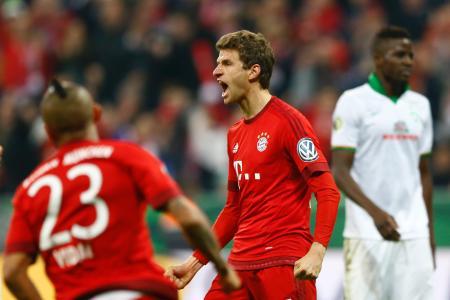 サッカー・ドイツ杯準決勝 ゴールを決め、雄たけびを上げるバイエルン・ミュンヘンのミュラー(中央)(AP=共同)