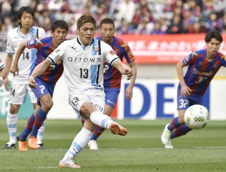FC東京―川崎 後半、同点のPKを決める川崎・大久保=味スタ