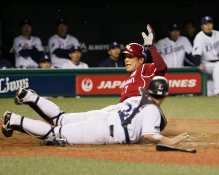 9回楽天1死満塁、後藤のゴロを二塁手浅村が本塁へ悪送球し、三走松井稼が勝ち越しの生還。捕手岡田=西武プリンスドーム